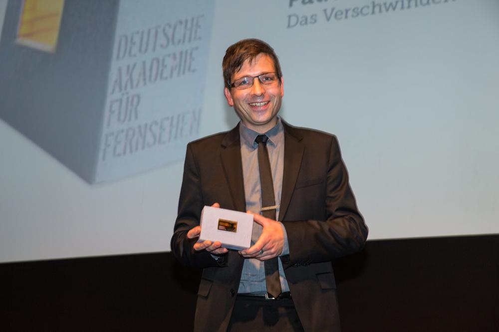 Preisträger Florian Beck, Tongestaltung (Das Verschwinden) hält Preis in den Händen