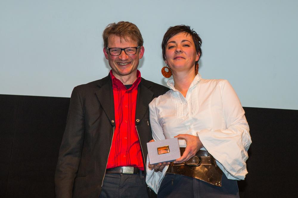 Katja Fedulova & Calle Overweg mit der Preistatue in den Händen