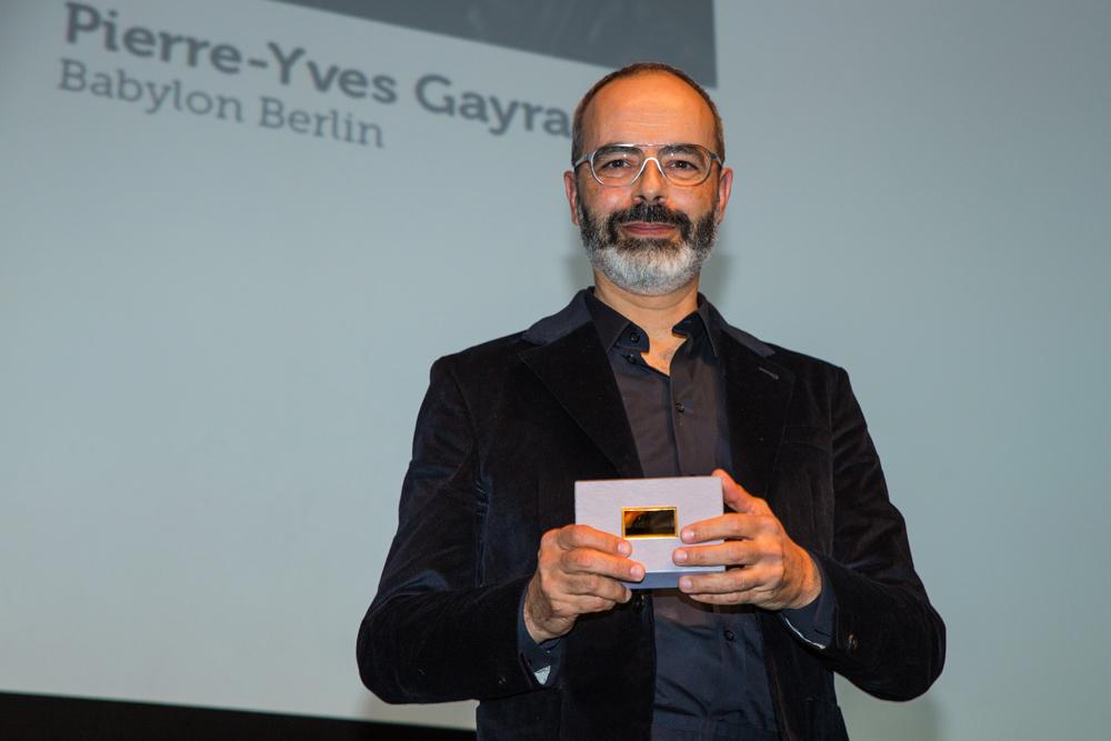 Pierre-Yves Gayraud, Kostümbild (Babylon Berlin) hält stolz Preis in die Kamera