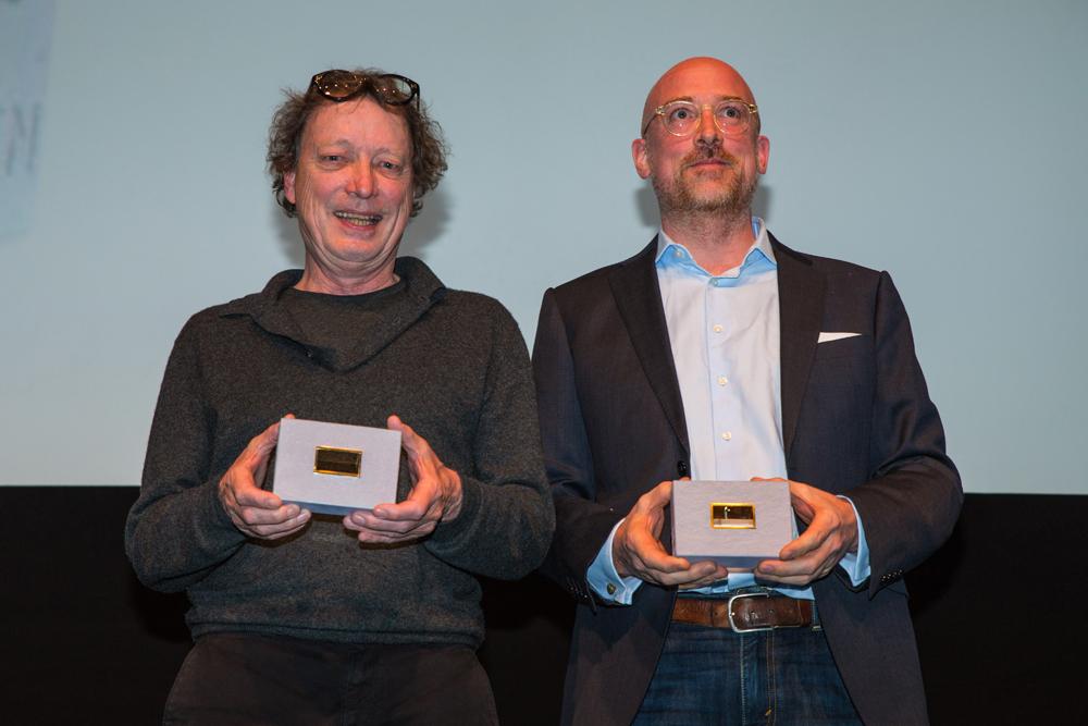 Albrecht Konrad & Udo Kramer, Szenenbild (Dark) mit den Preis in ihren Händen