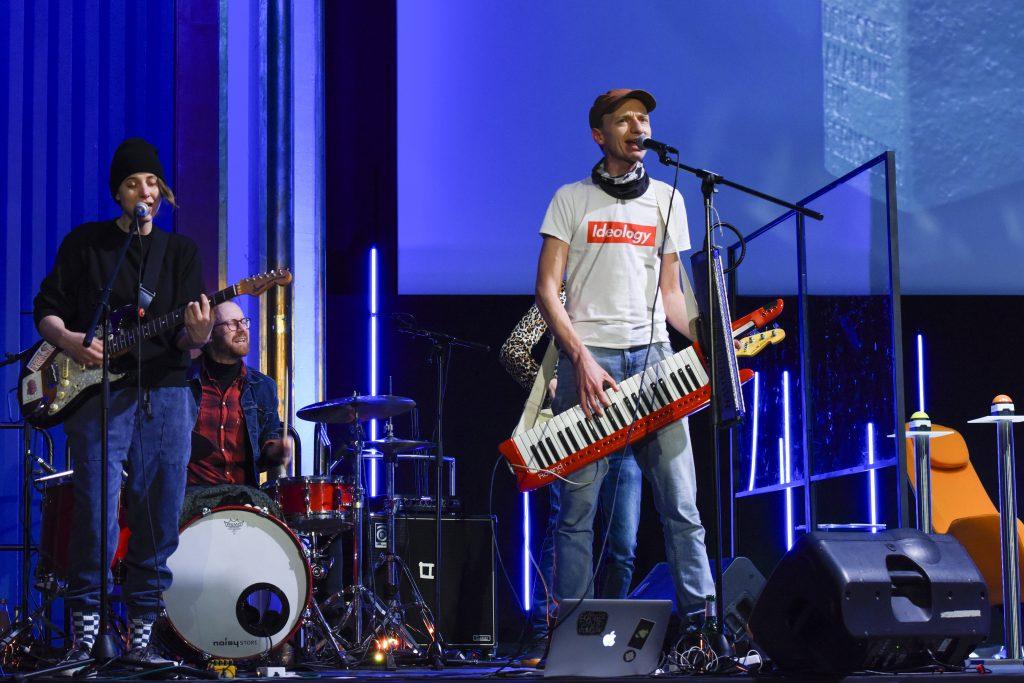 Wir sehen eine Band auf der Bühne