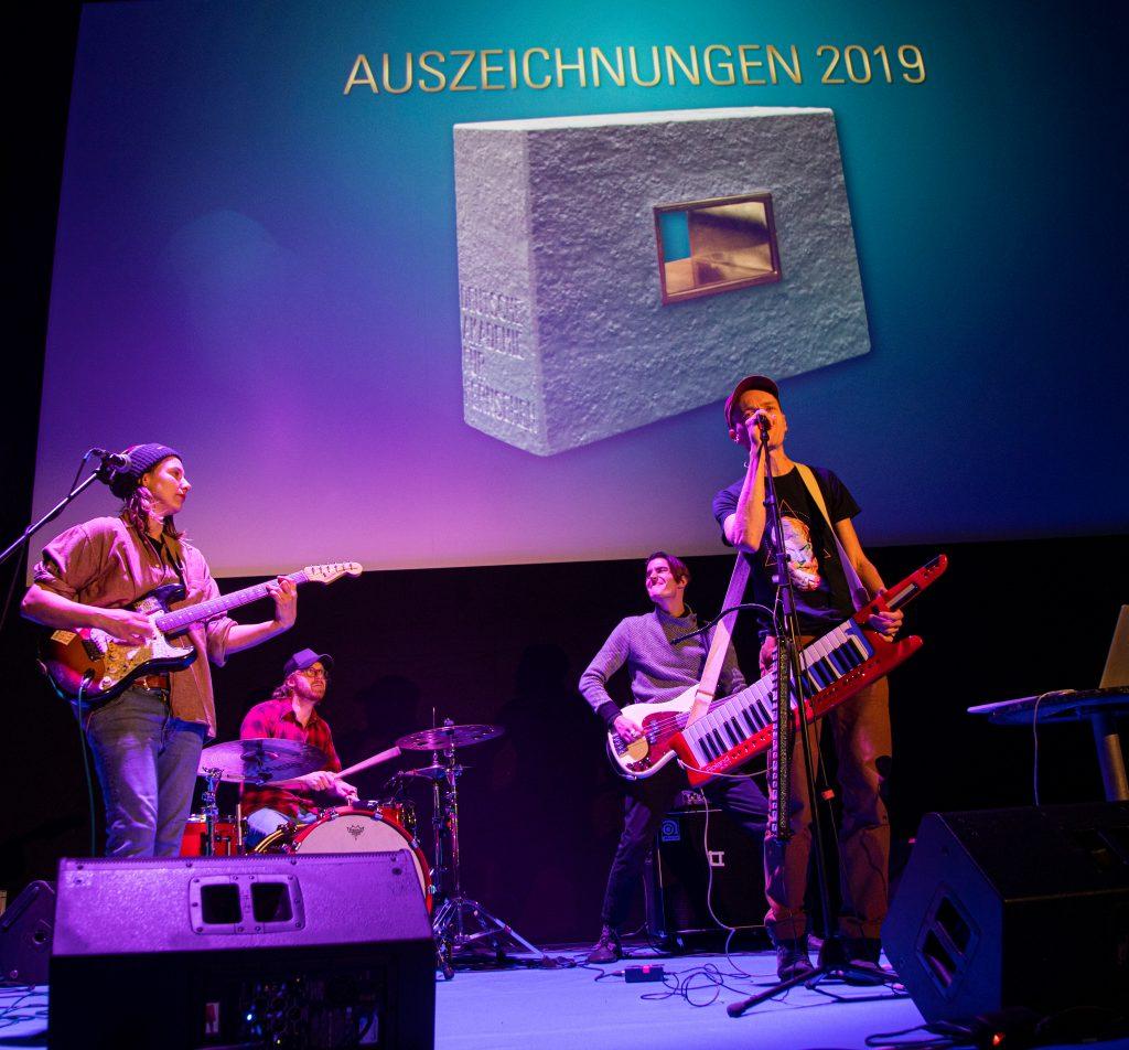 """Wir sehen die Band """"Theodor Shitstorm"""" auf der Bühne"""