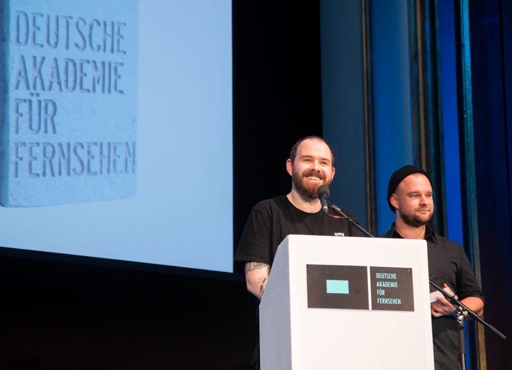 Wir sehen 2 Preisträger auf der Bühne